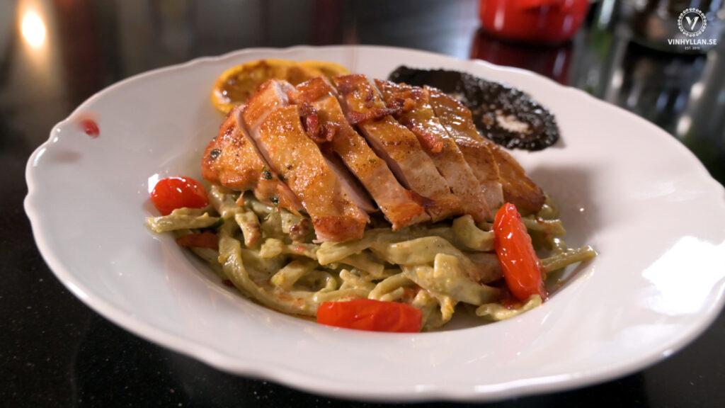 Pistagepasta med kyckling, bacon och black garlic